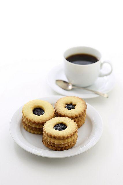 Café y galletitas.