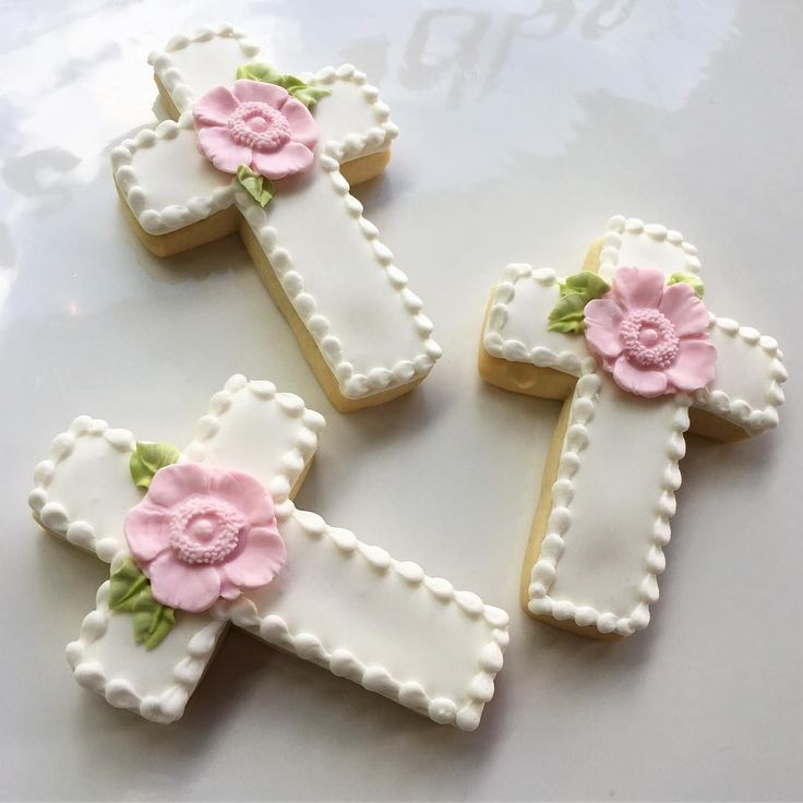 Floral christening cookies #whippedbakeshop #fishtown #customcookies #crosscookies