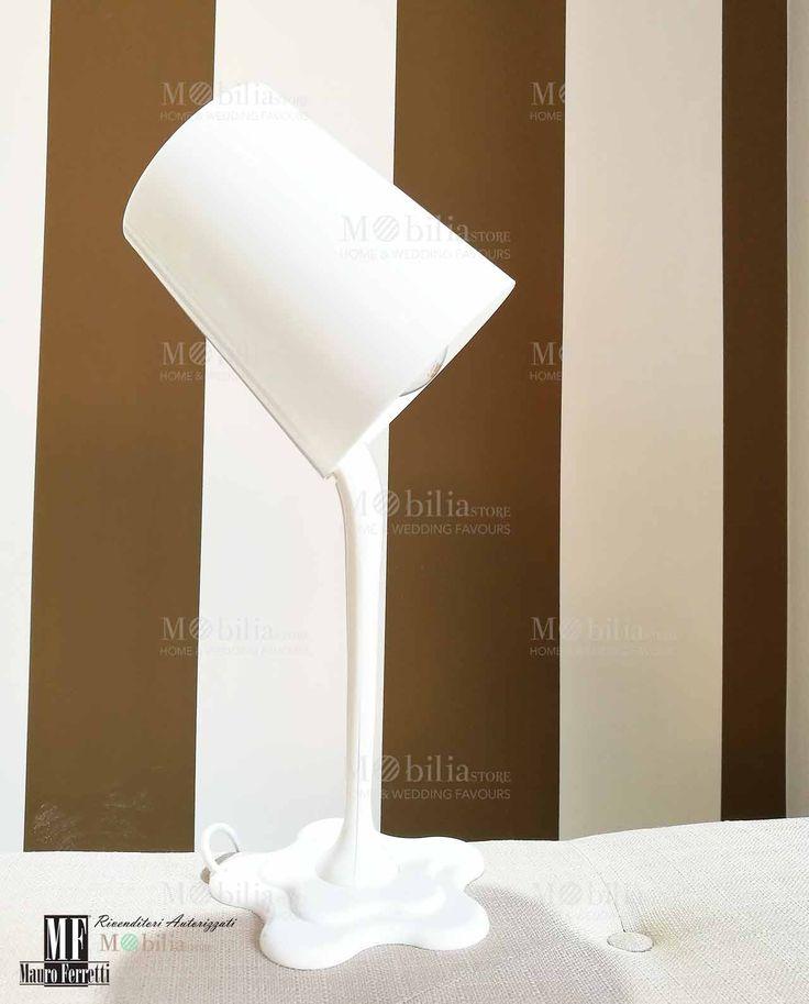 Lampada Moderna da Tavolo bianca, il paralume assomiglia a un secchiello che versa della vernice rappresentata dall'asta e dalla base della lampada stessa. Scopri le eccezionali e nuove promozioni su MobiliaStore.