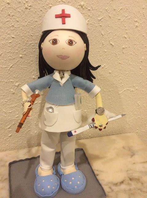 Muñeca fofucha enfermera de empresa privada con uniforme azul y blanco.