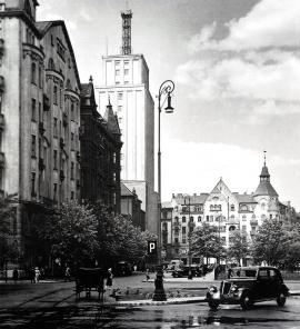 Napoleon Square, 1930s. At the turn of the 19th and 20th centuries, as a result of the parcelling out of hospital lands, the look of central Warsaw changed. On what is now Plac Powstańców Warszawy, elegant multistory homes and a square were built. In 1933 the first 16-story skyscraper in Warsaw was erected – headquarters of the Prudential Insurance Company. (Photo: Franciszek Gazda)