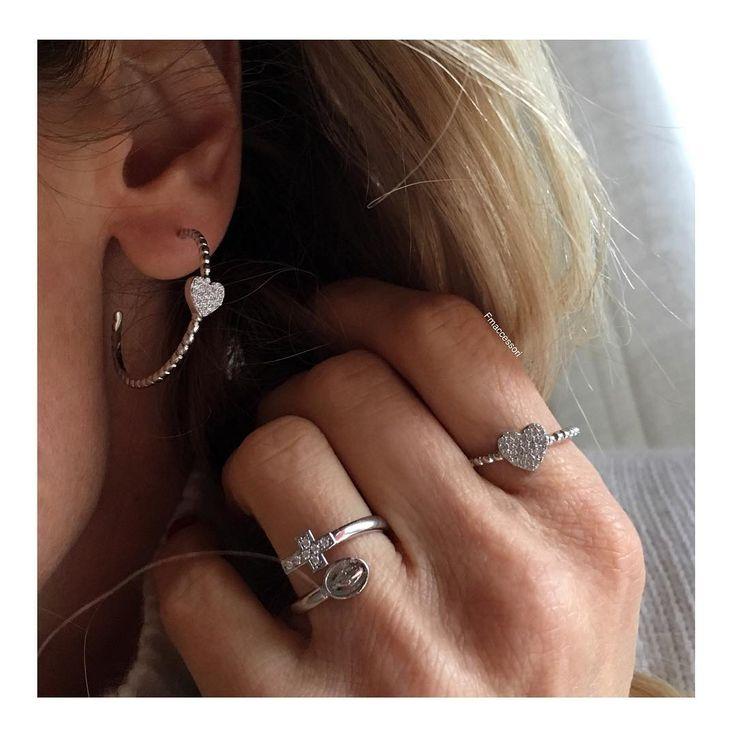 ♡ Quando l'orecchino fa' pendant con l'anello!  Adorabile!♡♡ • Orecchini semi cerchio zigrinati con cuore centrale in zirconi bianchi. €39〰 • Anello zigrinato con cuore centrale in zirconi bianchi. €30〰 • Anello contrarie' croce €30〰  __________ Argento 925 ____  #spedizioni #shop #quasinatale #noel #diamond #regalidinatale #regalareregalarsi #pensieri #glamour 🎄
