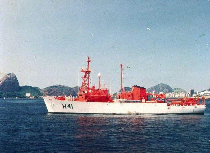 O Almirante Câmara, partindo para a Comissão ANTARTICA VI em 26 de dezembro de 1987. (foto: Marinha do Brasil, via CF Carlos Roberto da Silva).