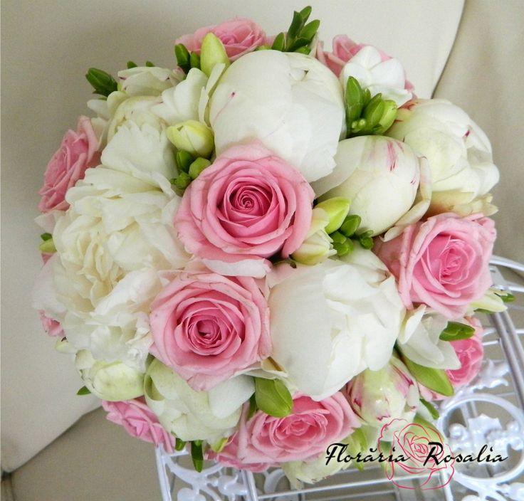 Buchet mireasa cu bujori, trandafiri si frezii
