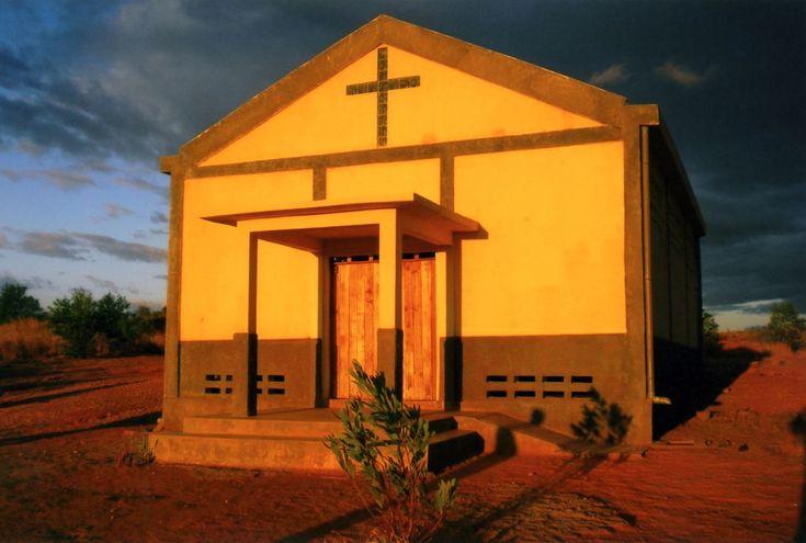 Una cappella nel cuore della boscaglia malgascia  La parrocchia di Antsohihy si trova nel Madagascar nord-orientale nel cuore della brousse, la boscaglia malgascia. Nei villaggi della zona, fatti di piccole capanne con il tetto in foglie di palma, non vi è praticamente nulla: né elettricità, né telefono, né un sistema fognario.  http://acs-italia.org/progetti-in-corso/una-cappella-nel-cuore-della-boscaglia-malgascia/