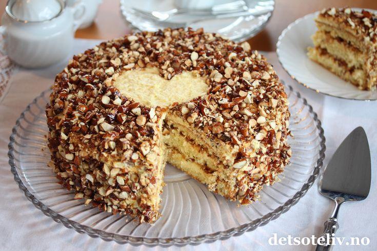 Live beautifully and Dream passionately! Dette er en kake som viser seg å alltid være populær, uansett hvilken anledning jeg serverer kaken i. Og en anledning kan man jo alltids finne hvis man har lyst på kake... Morsdag eller Valentinesdagen for eksempel, eller noe helt annet...  Krokankake består av en sukkerbrødskake, som fylles med en helt spesielt god vanijesmørkrem og hjemmelaget mandelkrokan. Det er en liten utfordring med denne vaniljesmørkremen, som består av både vaniljekrem og…