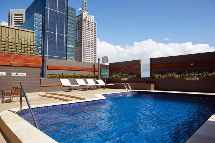 We love a good rooftop pool! Especially the one at Rydges Melbourne. Check out that view!