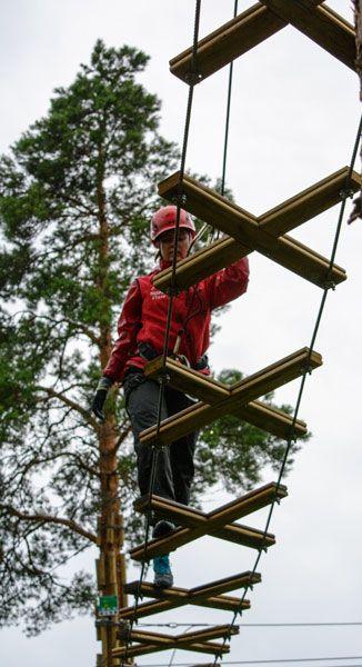 Ohjaajien aamurutiini vaatii valpasta mieltä. He tarkastavat radat ennen niiden avaamista. Watch your step! Criss-srossing a bridge at treetop adventure Huippu. #seikkailupuistohuippu #treetopadventu #seikkailupuisto #visitespoo #leppävaara #visitfinland #visithelsinki