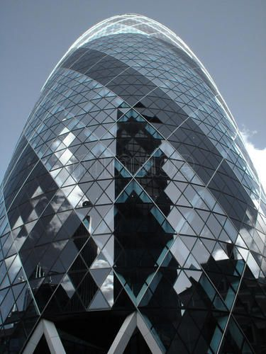 """Swiss Re Tower - Torre Gherkin. By Norman Foster. London. // El edificio situado en el 30 St Mary Axe de la city, el corazón financiero de Londres, es un rascacielos de 40 plantas. Anteriormente era conocido como Edificio Swiss Re, en referencia a su anterior propietario, la compañía reaseguradora suiza Schweizer Rück; también es conocido popularmente como """"el pepinillo"""". Tiene 180 metros de altura, lo que le sitúa como el segundo edificio más alto de la city de Londres, después de la Torre…"""
