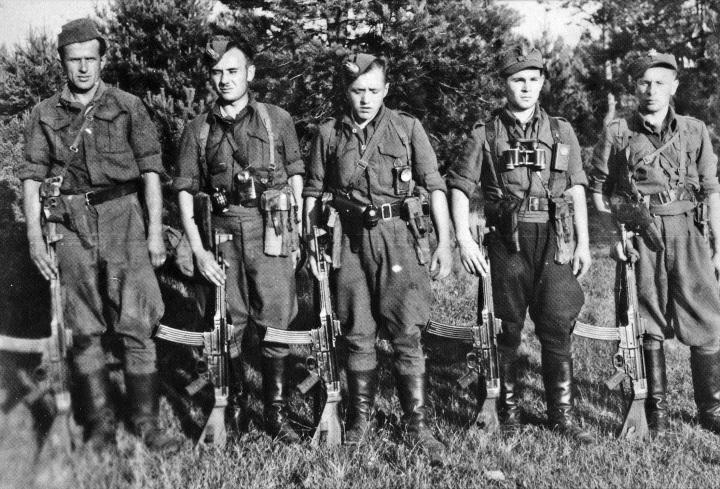 Sekcja Obwodowego Patrolu Żandarmerii uzbrojona w derkacze – zdobyczne niemieckie MP-43 1037681,551701,9.jpg (720×489)