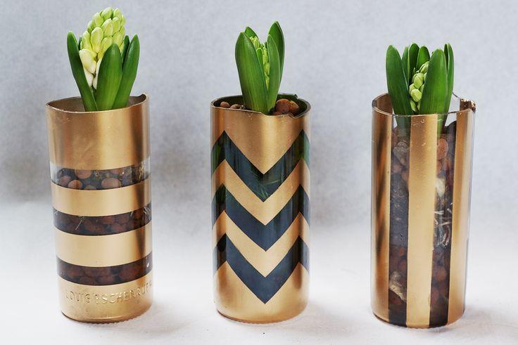 Recycler des bouteilles en verre en vase avec du spray doré