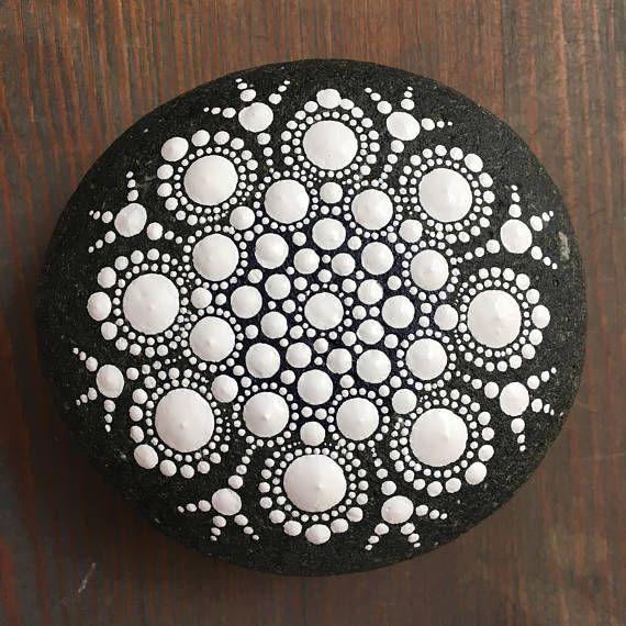La colección Neutral: Mandala pintado piedra  Pintado a mano