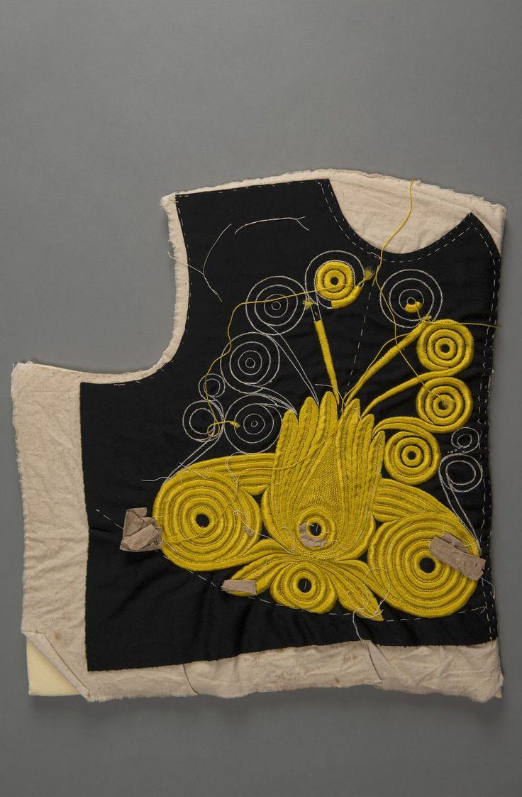 """Détail d'un plastron bigouden, vers 1910 Ce plastron en cours de confection présentant un motif de broderie dite ''pleine fleur"""", a été réalisé par M. Pierre Goenvic (1883-1968), tailleur à Plonéour-Lanvern."""