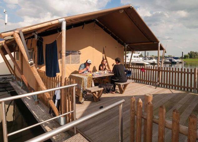 In Gelderland, op de rand tussen de Veluwe en de Achterhoek vind je Jachthaven & Camping Dorado Beach. Hier kun je verblijven in in een heuse safaritent! Bij safaritenten denk je misschien aan savanne, wilde beesten en lange vliegreizen. Maar rij naar Gelderland en je vind zo'n stoere tent gewoon op het water. Origineel!!