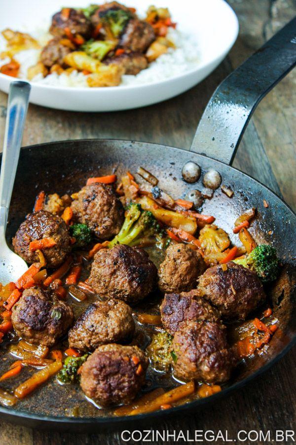 Faça hoje mesmo essas fáceis e saborosas almôndegas ao estilo asiático! Receita descomplicada que vai te salvar em momentos de correria na cozinha.   cozinhalegal.com.br