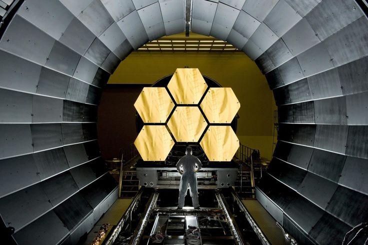 ジェームズ・ウェッブ宇宙望遠鏡に搭載予定の反射鏡を点検するNASAのエンジニア、アーニー・ライト氏(4月14日撮影)。この6枚のセグメントは、全18枚で構成する主鏡の一部となる。アラバマ州ハンツビル、マーシャル宇宙飛行センターのX線極低温施設で、最終極低温度試験に向けて調整中だ。ジェームズ・ウェッブは高度150万キロ、摂氏マイナス234度の宇宙空間に留まり、宇宙誕生初期の星や星雲からの赤外線を観測する。