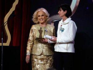 Premios FUNDTV   Gabriela Fabbro, secretaria académica de la Facultad de Comunicación entregó el Premio FundTV en la categoría Interés General a la señora Mirtha Legrand.