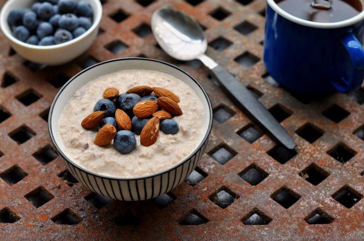 Lag klar en kjøleskapsgrøt med blåbær og mandler kvelden i forveien, la den stå i kjøleskap natten over og ha en frokost eller lunsj til dagen etter.