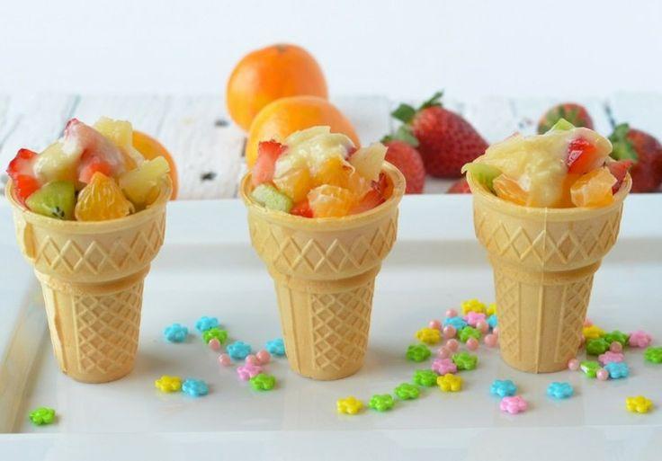 salade de fruits originale servie dans des cornets à crème glacée- idée anniversaire enfant