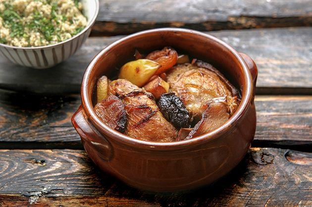Κοτόπουλο Tajine γλυκόξινο με φρέσκα και αποξηραμένα φρούτα