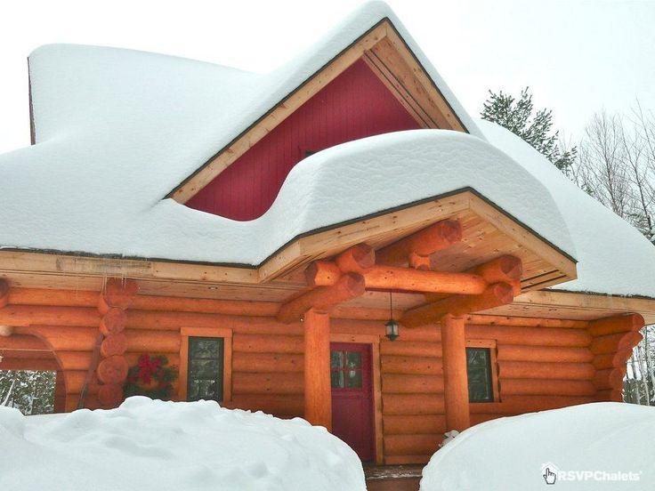 """Chalet """"Chateau du Marais"""" à Saint Anne des Lacs dans les Laurentides. Véritable paradis blanc. Un chalet de bois rond inspirant. #chalet #cottage #neige"""