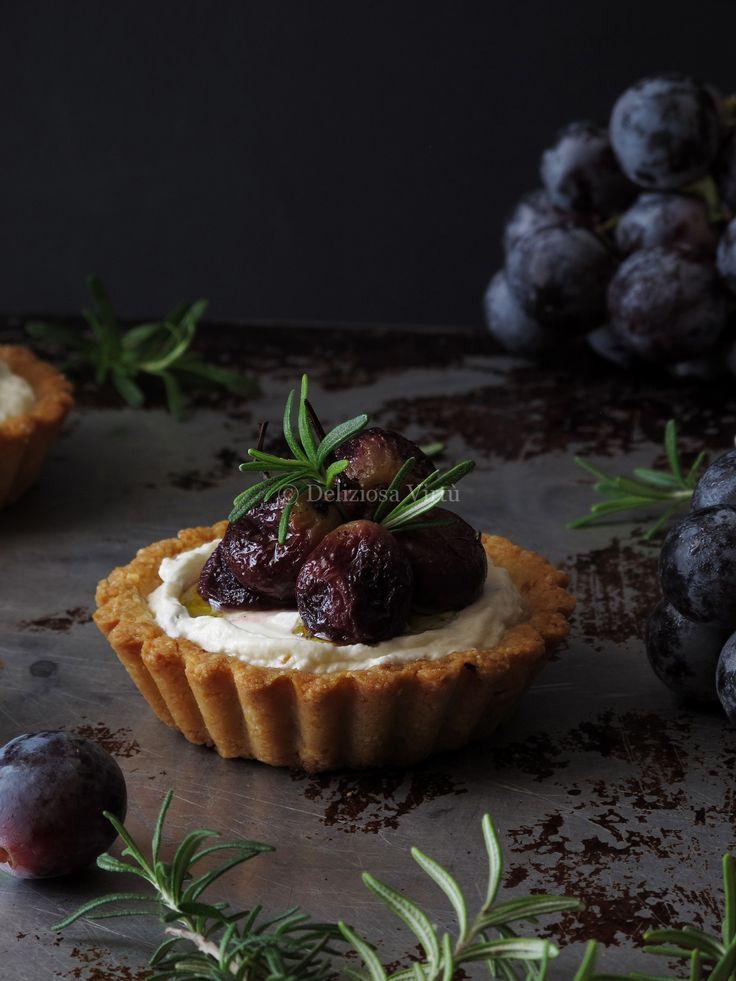 Tartellette con formaggio di capra uva arrostita e rosmarino