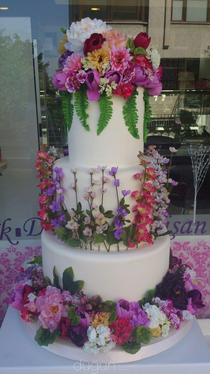 Doğanın zarafeti çiçeklerle bezenmiş düğün pastaları