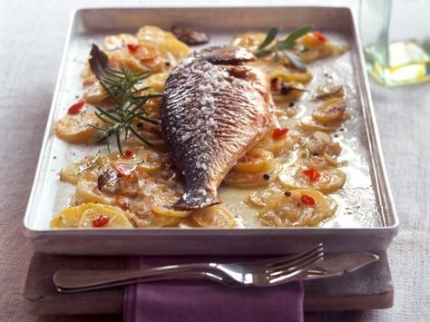Dorade und Kartoffeln aus dem Ofen ist ein Rezept mit frischen Zutaten aus der Kategorie Fisch. Probieren Sie dieses und weitere Rezepte von EAT SMARTER!