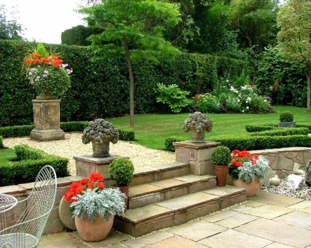 jardin de estilo clasico con escaleras de piedra