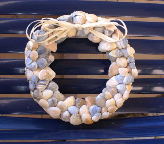 Shell guirnalda - 8.5- azul corona - guirnalda costera - concha corona - guirnalda de playa - náutica corona  Esta corona de uno de tipo concha está hecha de conchas naturales encontrados en las playas de South Padre Island, incluyendo conchas de amarillo, naranja, azules y marrón. ¡ Que maravillosa manera de traer a la costa en su casa! Guirnalda mide aproximadamente 8,5 pulgadas redondo y está hecha con forma de guirnalda de paja. Un gancho de alambre se une en la parte posterior para…