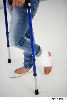 En cas d'entorse de la cheville, deux cas de figure peuvent se présenter. « Soit le blessé peut continuer à poser son pied et à marcher. Si le gonflement est faible, il n'y a pas d'urgence »,...