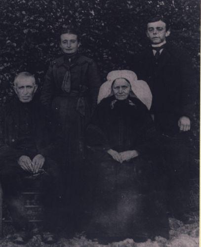 Fam. van Eijk-Mutsers omstreeks 1920 Asten. op de foto vlnr. vader Piet van Eijk (1847-1933), Ida (1891), moeder Johanna Mutsers (1851-1921), en Frans (1887).