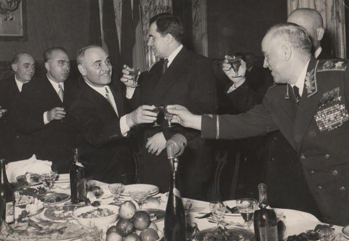 Maresalul Gheorghi Jukov ciocnind un pahar cu Gheorghe Gheorghiu-Dej.