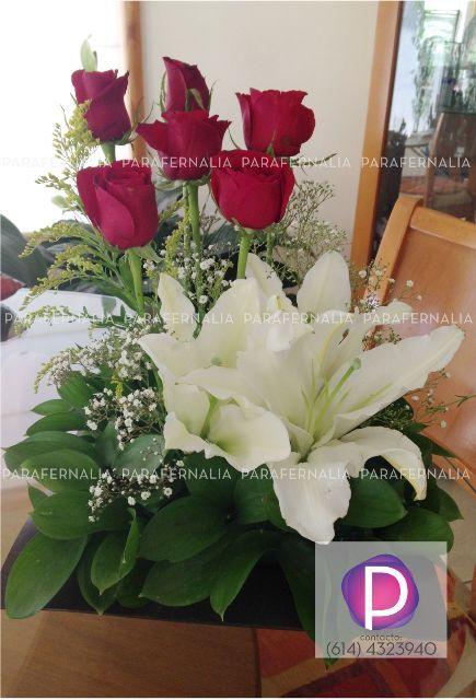 Centro de mesa floral, casa blanca y rosas rojas