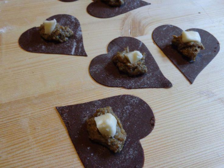 Cuori di pasta al cacao ripieni porcini e taleggio | I pasticci di casa mia