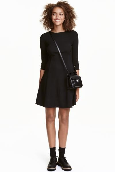 Ribbed jersey dress: Short dress in ribbed jersey with an opening with a covered button at the back of the neck, 3/4-length sleeves and flared skirt.