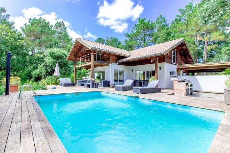 à Labenne, France. Véritable havre de paix situé à Labenne, la Villa Amani  est 1 maison d'archi lumineuse & confortable. Vous apprécierez ses équipements de qualité & sa déco immaculée. Piscine & plancha sur terrasse de 100m² avec vue plongeante dans la forêt de pi...