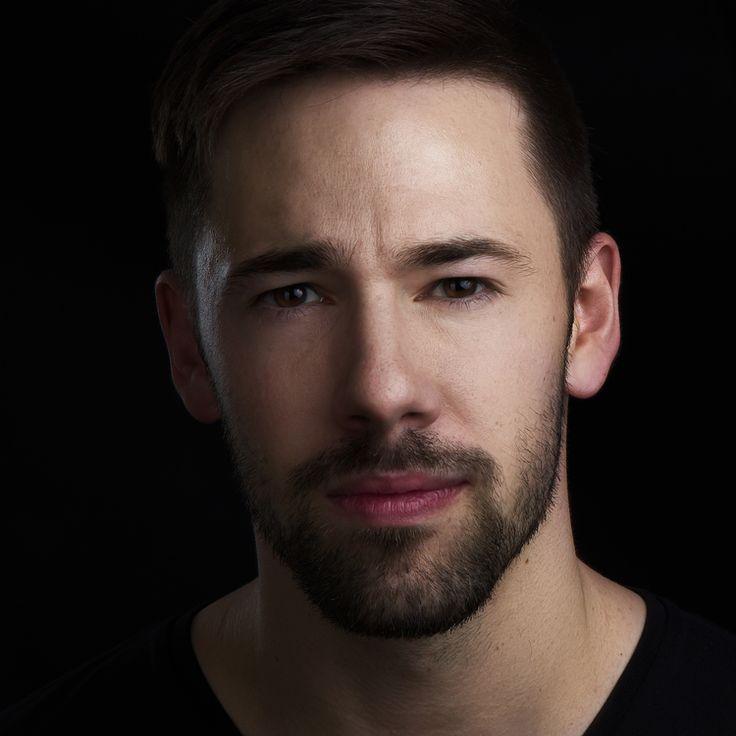 Model John, headshot Peter hurley style. Portrétní fotografie.
