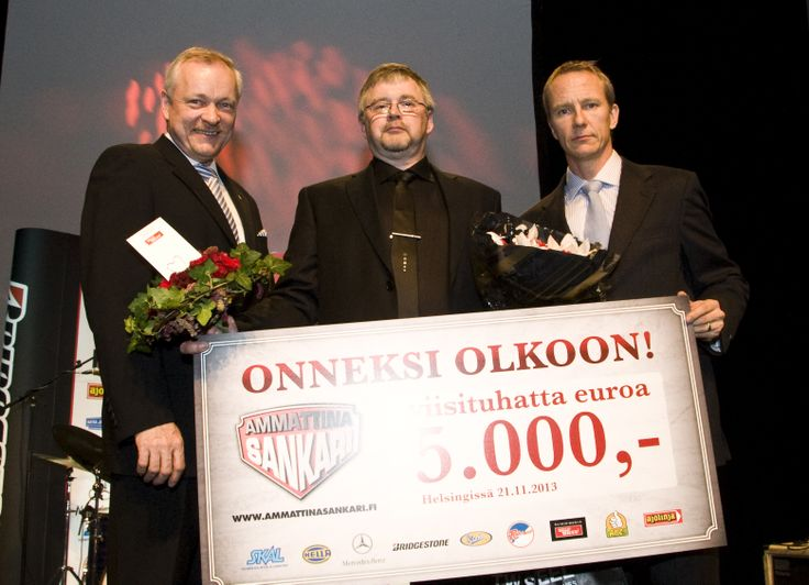 Sankari Juuso Lihavainen vastaanotti palkinnon Bridgestone Finland Oy:n Jussi Huhdan ja Liikenne ja viestintävaliokunnan pj:n Kalle Jokisen ojentamana.
