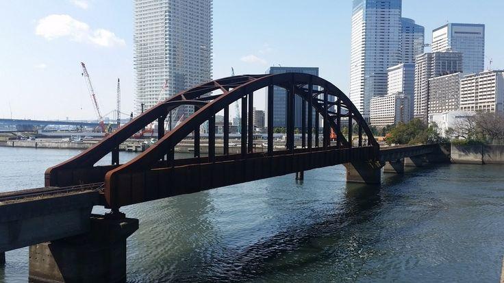 晴海の高層マンションやビルをバックに、今も残る赤錆びた鉄橋