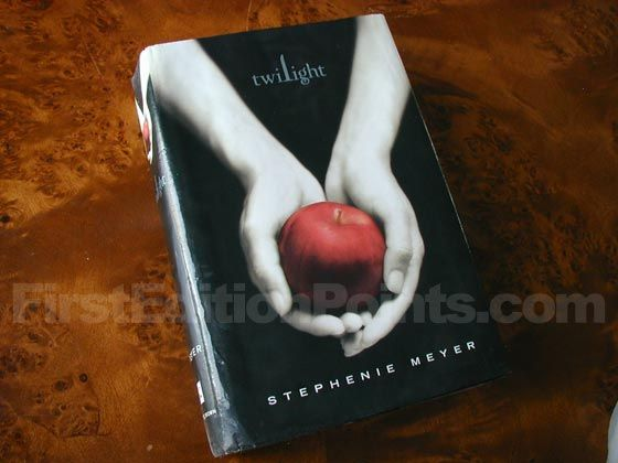 Picture of the 2005 first edition dust jacket for Twilight.