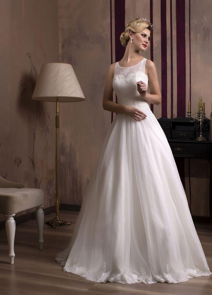 Krásne svadobné šaty s jemnou padavou sukňou z trblietavého tylu a živôtikom zdobeným jemnou čipkou