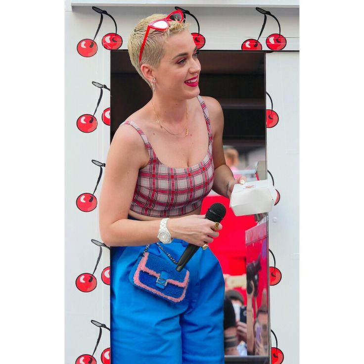 #KatyPerry handing out some cherry pie to fans in Times Square to promote her new single #BonAppetit! • • • • • #KatyPerry distribuindo algumas tortas de cereja aos fãs na Times Square para promover o novo single dela #BonAppetit!