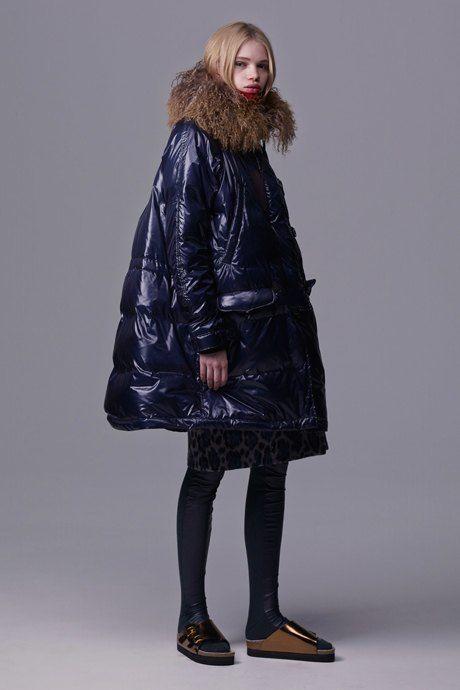 Что носить зимой: Огромный пуховик и меховые аксессуары