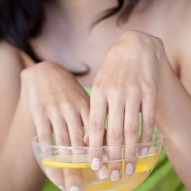 LIMONE E BELLEZZAL'alternativa all'ultimo risciacquo con l'aceto? Il limone: diluito nell'acqua, aiuta a ridurre la forfora. Prova a mescolare acqua e limone in una cioto
