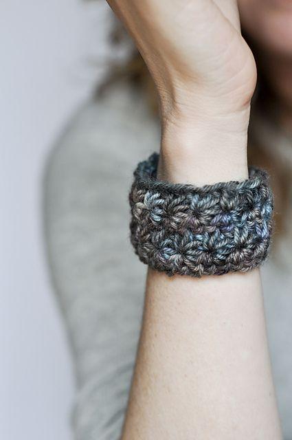 Bracelet Star: free pattern here:  http://newstitchaday.com/how-to-crochet-the-star-stitch/    ❥Teresa Restegui http://www.pinterest.com/teretegui/❥