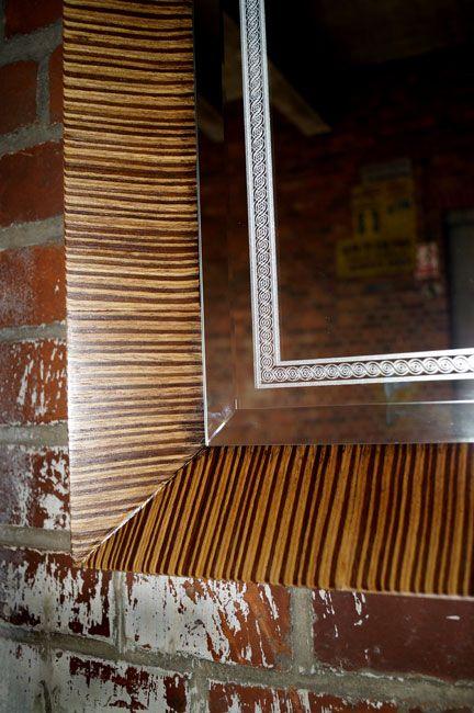 Die Spiegel gelten seit Jahren als ein hochgeschätztes Element der Innenausstattung, sie heben das Aussehen von Badezimmern hervor, geben jedem Raum eine ganz individuelle Note und schaffen eine einzigartige Stimmung. Die Firma Szkło-Lux bietet eine umfangreiche Auswahl an Wandspiegeln mit einer innerhalb von Spiegel befindlichen Gravur, die in der 3D-Technologie im Glas lasergraviert ist.