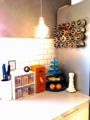 Great DIY idea for the kitchen. Make magnetic spice rags out of small jars, magnets and chalkboard-paint. Perfect for the fridge!