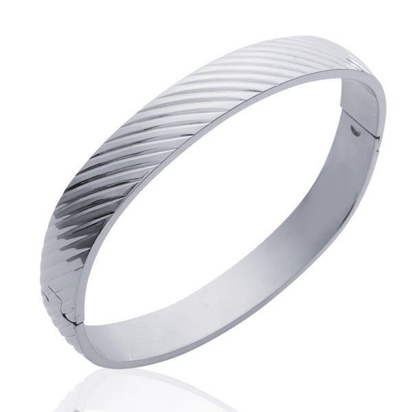 Bracelet jonc en acier avec motif rayures en biais - Matière : Acier - Diamètre : 62 mm - Largeur : 1 cm - Fermeture clic - http://www.cemonstyle.com/contents/fr/p278_Bracelet-jonc-acier-rayures-biais-1501056-19031062.html