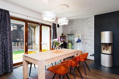 Na zakázku vyrobený jídelní stůl je zběleného dubového dřeva.